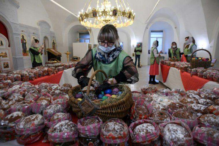 كورونا وعيد الفصح: امرأة تتفحص البيض والخبز قبل توزيعه على المحتاجين، عشية فصح الأرثوذكس