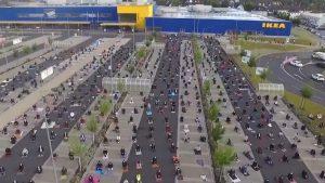 أخبار ألمانيا: حوالي 700 مسلم يؤدون صلاة عيد الفطر أمام أحد فروع ايكيا في ألمانيا