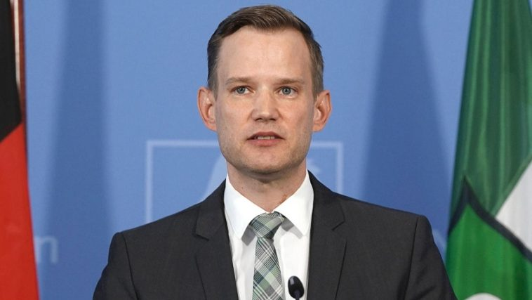 أخبار كورونا في ألمانيا: عالم ألماني يحذر من مخاطر ارتداء الكمامات