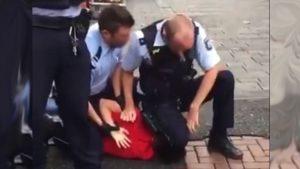 ألمانيا: الشرطة الألمانية تعتقل شاب في مدينة دوسلدورف على طريقة اعتقال جورج فلويد