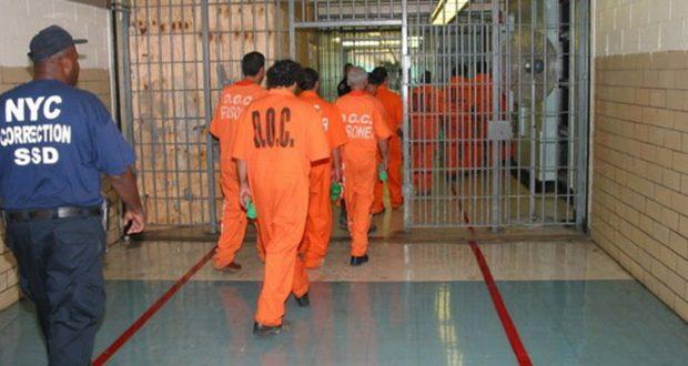 فلوريدا: إجبار معتقلين مسلمين على الاختيار بين وجبات فاسدة أو أكل لحم الخنزير