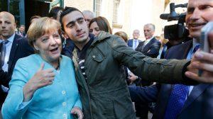 غارديان: قصص نجاح اللاجئين في ألمانيا أعادت التفاؤل لميركل بعد أن كادت تفقد منصبها