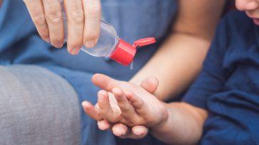 توصيات بحفظ معقم اليدين بعيداً عن متناول الأطفال