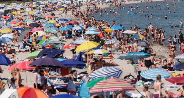 خبير صحي يشبه السياح الأوروبيين بالحيوانات المهاجرة ويحملهم مسؤولية موجة كورونا الثانية