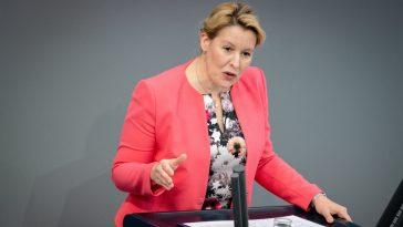 وزيرة ألمانية تنتقد استمرار الكثير من المسلمين في إبعاد بناتهم عن دروس السباحة