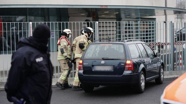 صدمة في برلين: سيارة تقتحم بوابة مكتب المستشارة الألمانية أنغيلا ميركل