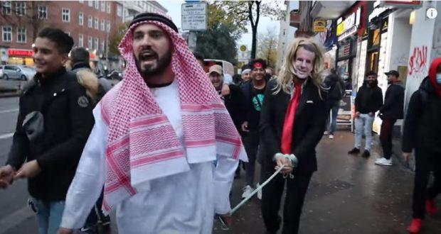أخبار ألمانيا: شرطة برلين تحقق مع شاب سوري جلد شخصاً متنكراً في زي ماكرون