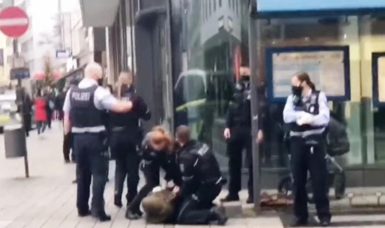 عنف الشرطة تجاه امرأة محجبة