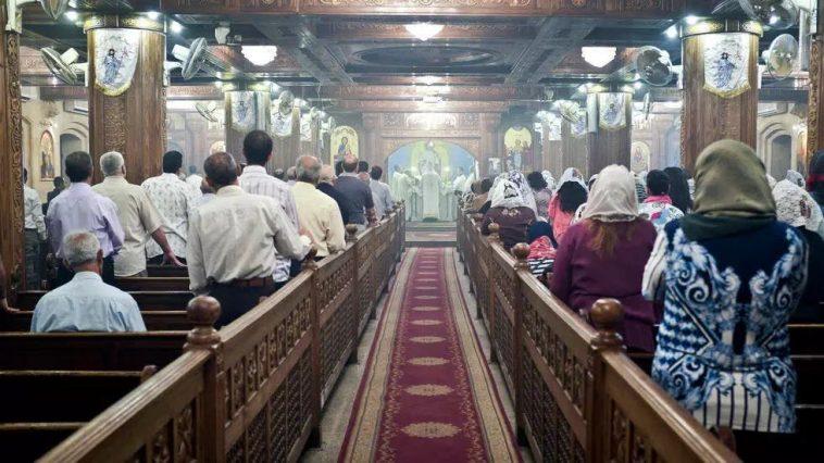مصر: 3 رجال يجردون مسيحية من ملابسها ويجرونها عارية في قريتها والمحكمة تبرّئ المتهمين