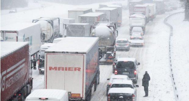 العاصفة الثلجية في ألمانيا تترك المئات عالقين داخل سياراتهم على الطرق السريعة