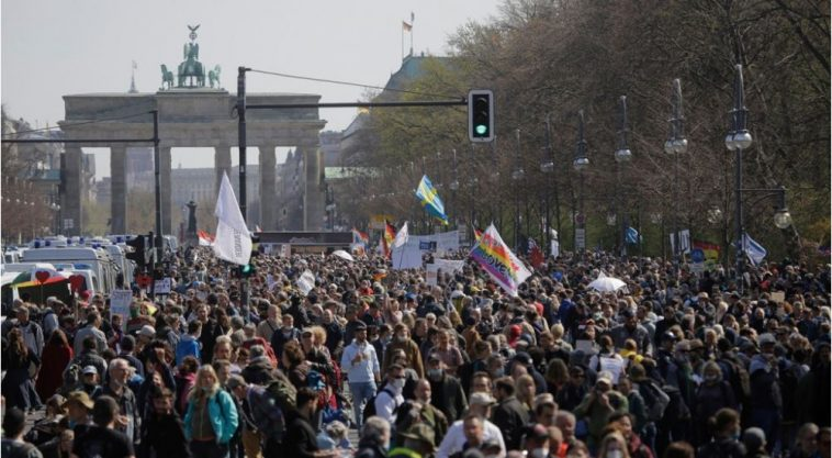 ألمانيا: خروج الآلاف للتظاهر في شوارع برلين بمواجهة 2500 ضابط شرطة