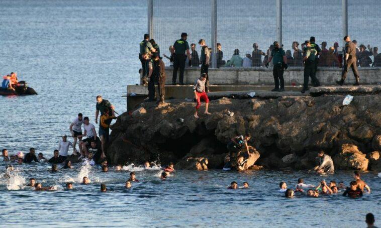 آلاف المهاجرين يصلون السواحل الإسبانية سباحة من المغرب