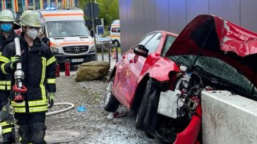 ألمانيا: حادث مرعب في الطريق إلى المستشفى.. سيارة تصطدم بجدار المستشفى