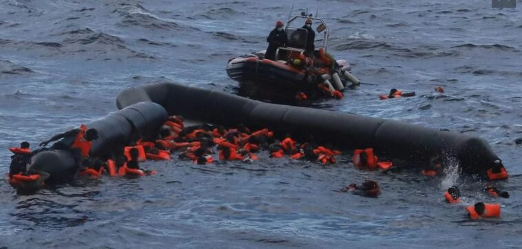 غرق عشرات المهاجرين
