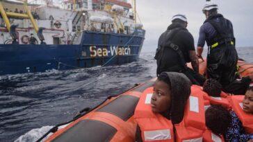 السماح لسفينة إنقاذ ألمانية على متنها مهاجرون بالرسو في إيطاليا