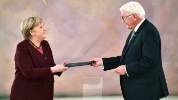 ألمانيا: الرئيس الألماني يسلم ميركل وثيقة إعفائها من منصبها